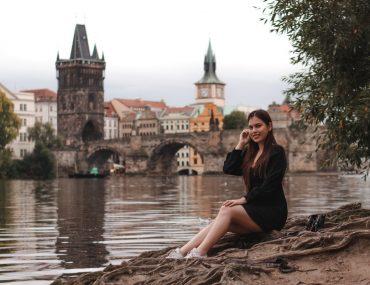 Focení žen v Praze na Karlově mostě